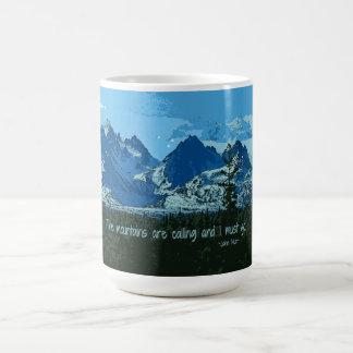 Digitale Kunst der Bergspitzen - John Muir-Zitat Tasse