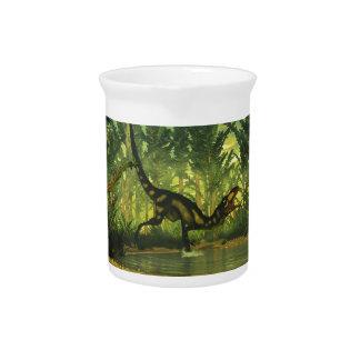 Dilong Dinosaurier in einem Wald Krug