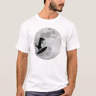 Dinosaurier auf einem Brandungs-Brett im Himmel T-Shirt