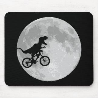 Dinosaurier auf einem Fahrrad im Himmel mit Mond Mousepads