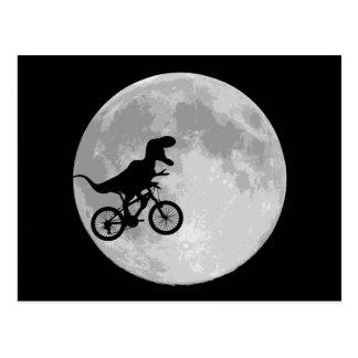 Dinosaurier auf einem Fahrrad im Himmel mit Mond Postkarte