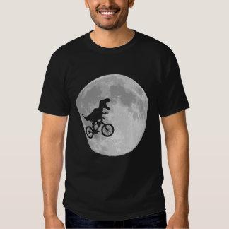 Dinosaurier auf einem Fahrrad im Himmel mit Mond Tshirts