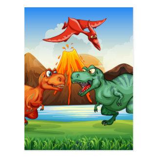 Dinosaurier, die auf dem Gebiet kämpfen Postkarte