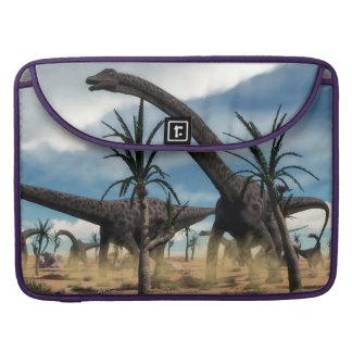 Diplodocusdinosaurierherde in der Wüste Sleeve Für MacBooks