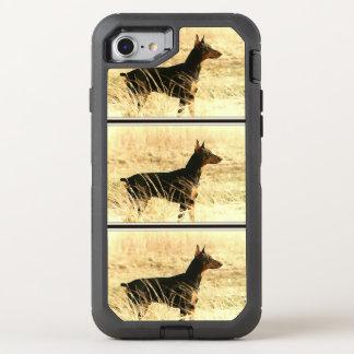 Dobermann in den trockenen Schilfen, die Bild OtterBox Defender iPhone 8/7 Hülle