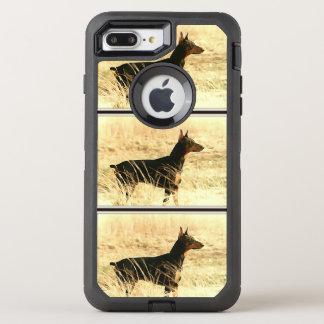 Dobermann in den trockenen Schilfen, die Bild OtterBox Defender iPhone 8 Plus/7 Plus Hülle