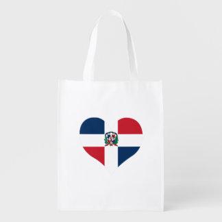 Dominikanische Flagge auf einem bewölkten