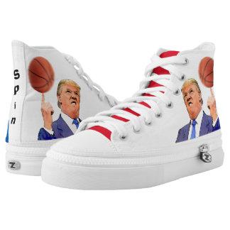 Donald Trump spinnende ein Schuhe des Basketballs