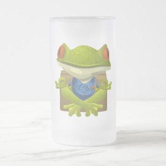 Doof kleiner meditierender grüner Baum-Frosch Mattglas Bierglas