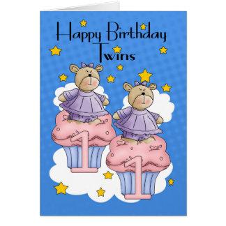 Doppelmädchen-trägt 1. Geburtstags-Karte, mit Karte