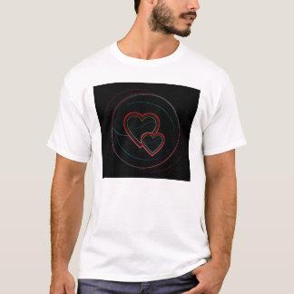 Doppelte Herzen im Schwarzen T-Shirt