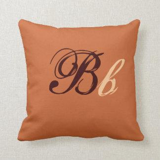 Doppeltes b-Monogramm in Brown und in Beige I Zierkissen