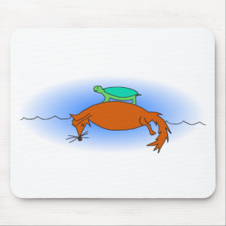 Dosenschildkröte, die auf einen Fuchs schwimmt Mousepad