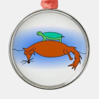 Dosenschildkröte, die auf einen Fuchs schwimmt Rundes Silberfarbenes Ornament