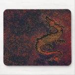 Drache auf rostigem metallischem Hintergrund Mousepads