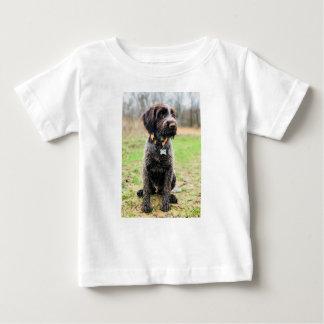 Drahthaar, das Griffon Welpen zeigt Baby T-shirt