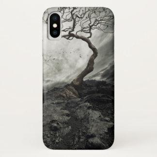 Drastischer Himmel über altem einsamem Baum iPhone X Hülle