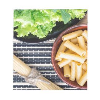 Draufsicht der Bestandteile für das Kochen der Notizblock