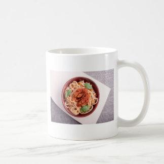 Draufsicht der gekochten Spaghettis mit Tomate Kaffeetasse