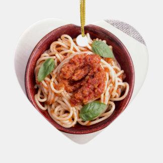 Draufsicht der gekochten Spaghettis mit Tomate Keramik Ornament