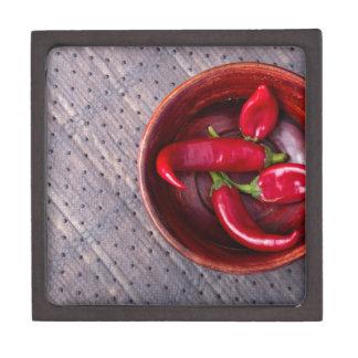 Draufsicht der heißen roten Chili-Paprikaschoten Kiste