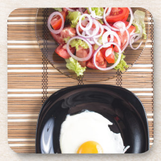 Draufsicht der selbst gemachten Mahlzeiten auf der Untersetzer