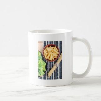 Draufsicht der Spaghettis, der Teigwaren und des Kaffeetasse