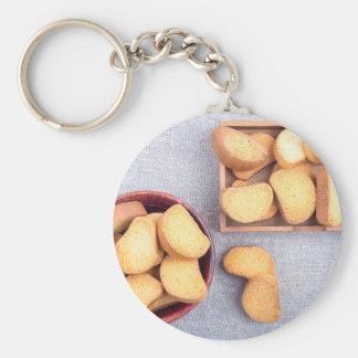 Draufsicht der Stücke des getrockneten Brotes Schlüsselanhänger