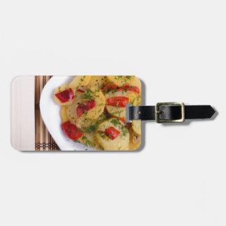 Draufsicht der Stücke des Kartoffeleintopfgerichts Kofferanhänger