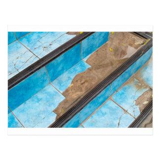 Draufsicht der Treppennahaufnahme eines defekten Postkarte