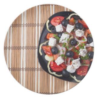 Draufsicht des frischen vegetarischen Salats auf Teller