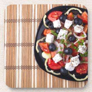 Draufsicht des frischen vegetarischen Salats auf Untersetzer