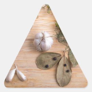 Draufsicht des Knoblauchs und der getrockneten Dreieckiger Aufkleber