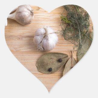 Draufsicht des Knoblauchs und der getrockneten Herz-Aufkleber