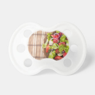 Draufsicht des vegetarischen Salats auf einer Schnuller