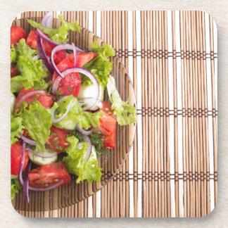 Draufsicht des vegetarischen Salats vom Untersetzer