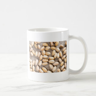 Draufsicht einer Gruppe salziger Pistazien Kaffeetasse