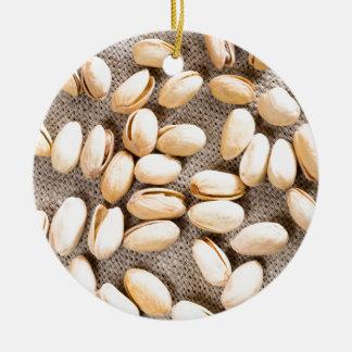 Draufsicht einer Gruppe salziger Pistazien Keramik Ornament