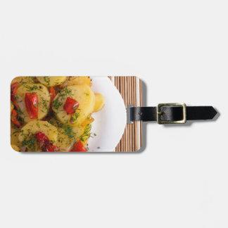 Draufsicht eines vegetarischen Tellers mit Bio Gepäckanhänger