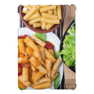 Draufsicht gekochter rigatoni Teigwaren mit Gemüse iPad Mini Hülle