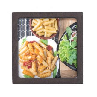Draufsicht gekochter rigatoni Teigwaren mit Gemüse Kiste