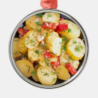 Draufsicht über ein Eintopfgericht der Kartoffeln Rundes Silberfarbenes Ornament