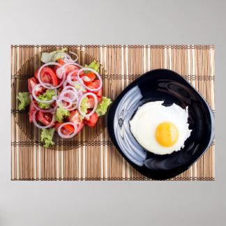 Draufsicht über ein Spiegelei und einen Salat der Poster