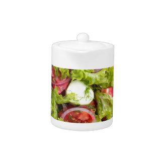 Draufsicht über eine Platte mit frischem Salat des
