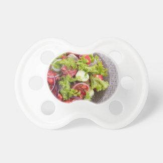 Draufsicht über eine Platte mit frischem Salat des Schnuller