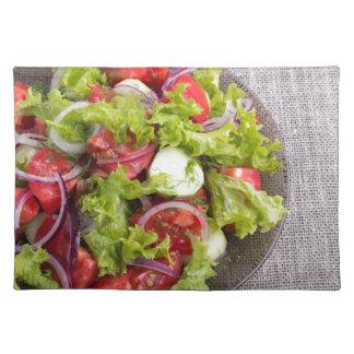 Draufsicht über eine Platte mit frischem Salat des Stofftischset