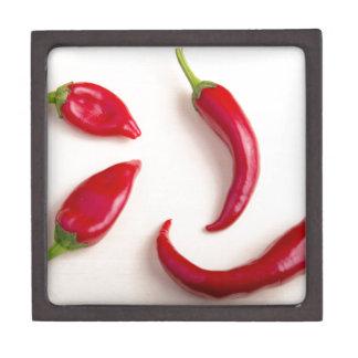 Draufsicht über Paprikaschoten eines heiße rote Schachtel