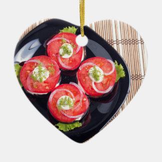 Draufsicht von geschnittene rote Tomatescheiben Keramik Ornament