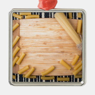 Draufsichtnahrungsmittelhintergrund gemacht von quadratisches silberfarbenes ornament