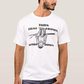 Drehen Sie sich dass Stirnrunzeln-umgedrehte T-Shirt